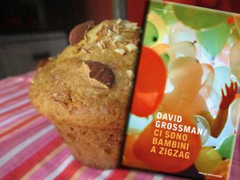 Ci sono bambini a zig zag, di David Grossman e i muffin alle mandorle