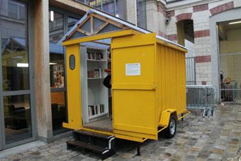 Una casetta di libri su ruote al Centquatre di Parigi, rifugio dei giorni di pioggia con Prévert