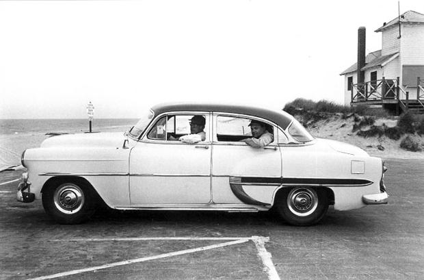 Saul Steinberg (alla guida) e Aldo Buzzi fotografati negli anni '60 in vacanza negli USA