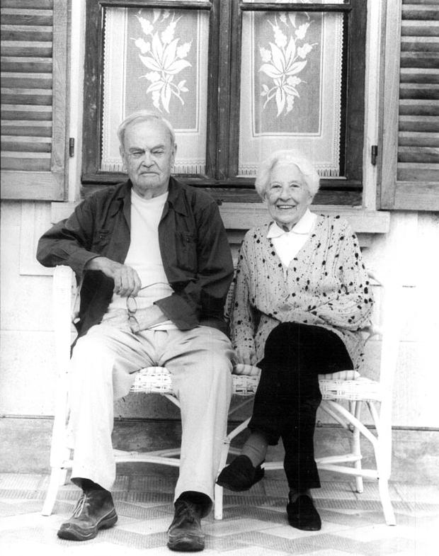 Aldo Buzzi e Bianca Lattuada (1912-2005), la sua compagna della vita, fotografati da Giuseppe Bortoluzzi alla fine degli anni '90 nella casa di campagna di Runo di Dumenza (Varese) sul lago Maggiore