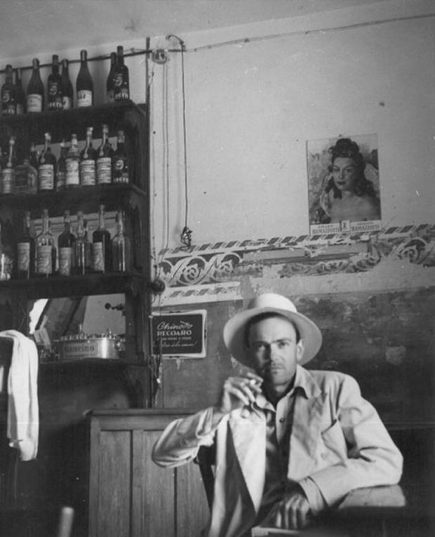 Una fotografia fatta da Saul Steinberg nel 1949 che ritrae Aldo Buzzi a Mantova durante le riprese del film Il mulino del Po diretto da Alberto Lattuada